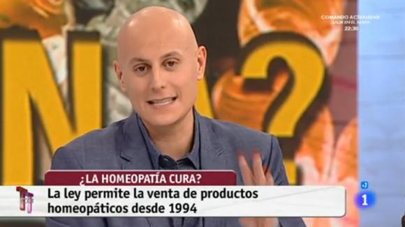 """El momento en el que uno de los colaboradores del programa """"T con T"""", de TVE, repite eso de que solo tres farmacias venden homeopatía."""