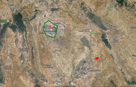 """Mapa de la situación actual. El perímetro de la ZEPA """"Laguna de el Hito"""" está marcado en verde; en rojo, la ubicación prevista para el ATC."""