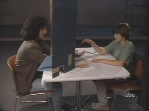 Emily Rosa realizando su experimento. Imagen tomada de este vídeo.