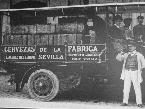 «Cruzcampo Vintage Black and White of a Beer truck in Spain circa 1920s» de David Adam Kess - Trabajo propio. Disponible bajo la licencia CC BY-SA 4.0 vía Wikimedia Commons