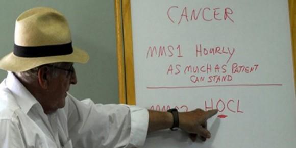 """Jim Humble, promotor del supuesto uso terapéutico del clorito de sodio, explicando su utilización para """"tratar"""" el cáncer."""